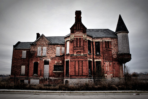 Old Abandoned Mansions for Sale http://vividlyvintage.com/2010/08/18/detroits-abandoned-mansions/