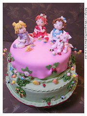 Baby Strawberry Shortcake & Friends Cake (Dragonfly Doces) Tags: baby cake angel cat strawberry pasta blueberry americana beb bolo muffin gatinho shortcake gumpaste moranguinho uvinha amoralinda