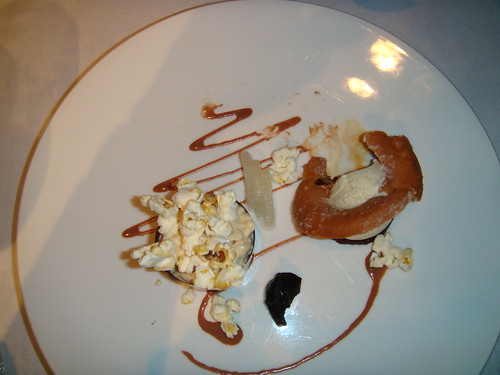 Mousse de donut con chocolate, palomitas caramelizadas, coca cola y helado de vainilla