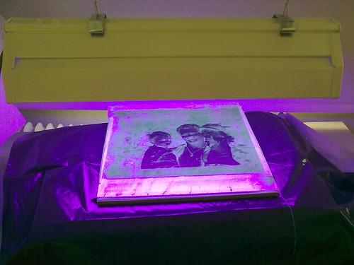 Syanotypia-menetelmällä kuvan valottaminen UV-lampun avulla