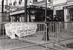 Grippe aviaire (Jérôme Sneuw) Tags: paris rolleiflex graffiti university noiretblanc université police étudiants manifestation argentique crs cpe quartierlatin lasorbonne blackadwhite canoneos600 clunylasorbone