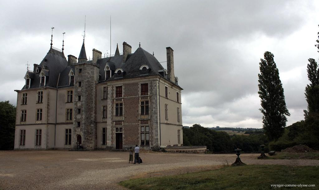 La région est magnifique, le Château y repose comme un bijou dans son écrin de verdure