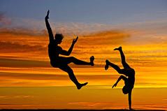 Capoeira in the Sunset (Beto Frota) Tags: brazil love brasil america dance fight capoeira do fighter kick amor martialarts afrobrazilian battle musical bahia salvador brazilian kicks ritual fighting mestre dana sul luta lutador sothamerica mestrebimba africanandbrazilianinfluences braziliandanceandfightingstyles