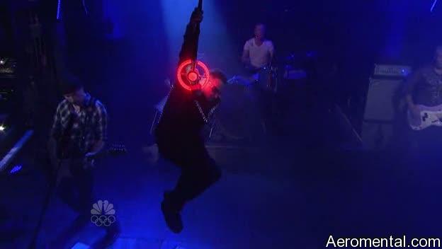 U2 SNL Bono se cuelga del micrófono