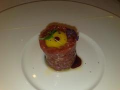 Steak tartar de solomillo de buey wagyu (kobe) con huevo de codorniz y vinagreta de frambuesa
