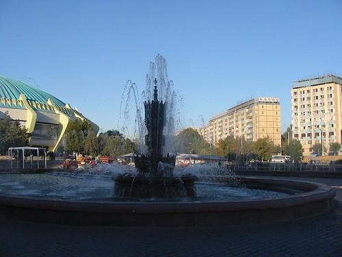 Links: Sirk, rechts: Hotel  Hdra
