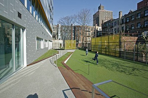 The rear play yard, where students can let off some steam. (www.freelandarch)
