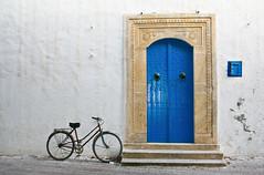 (Siuloon) Tags: door bike bicycle puerta tunisia dom islam bicicleta ornament bici porte arabian bicyclette niebieski tr fahrrad vlo fiets deur rower okno monastir wakacje kolor architektura drzwi budynek   drewno tunezja miejski biay kompozycja monastyr podr afryka tradycja nikt arabski malowane turystyka nazewntrz grd przedni mygearandmepremium mygearandmebronze mygearandmesilver mygearandmegold islamska mygearandmeplatinum mygearandmediamond ringexcellence dostp muzumaskie tradycyjnych