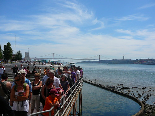 El Puente 25 de Abril, desde el acceso a la Torre de Belém. A la izquierda del puente, el Monumento a los Descubridores; a la derecha, el Cristo de Almada. Obsérvese la cola :P
