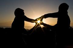 手と手の間から光り