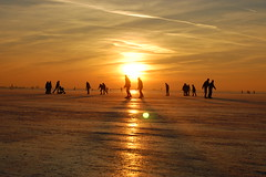 Ice skating on the lake, we love it (Maarten van den Berg) Tags: winter sunset sky sun ice netherlands silhouette zonsondergang iceskating aalsmeer zon ijs schaatsen wintershot reflectingsun westeinderplas winterinholland2009 nederlandschaatst
