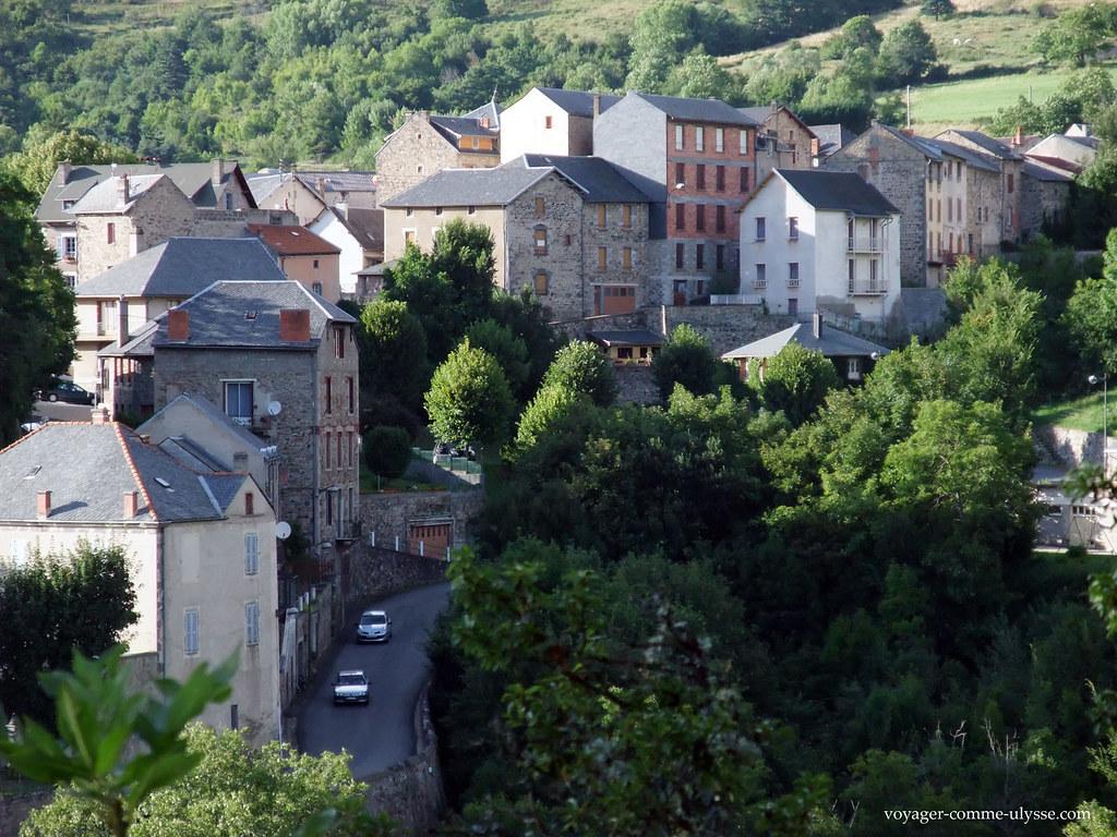 Village perché dans la montagne
