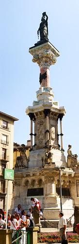 monumento a los fueros de navarra por araquebelagua.