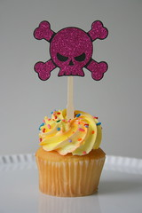 Skull & Crossbones (Toppitz Custom Cupcake Decorations) Tags: skull crossbones