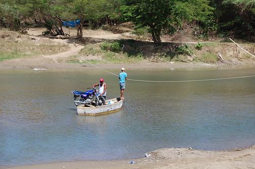 Moto cruzando el río