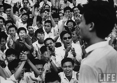 Dean of the School of Medicine at the University of Saigon, Tam Pham Bieu (R) being welcomed back by medical students after his arrest by the Diem government. 9-1963 par VIETNAM History in Pictures (1962-1963)