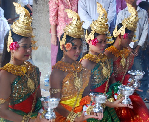 traditional khmer dance at angkor wat
