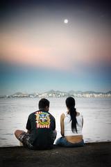Guns 'n' Roses (Jim Skea) Tags: sunset brazil moon love brasil riodejaneiro couple amor kitlens romance nikond50 fullmoon pôrdosol lua romantic sweethearts aterrodoflamengo casal namorados gunsnroses flamengo niterói baíadeguanabara romântico flamengopark praiadoflamengo luacheia parquedoflamengo afsdxzoomnikkor1855mmf3556ged