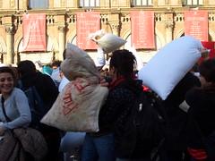 Pillow Fight Bologna (Profumo di Giglio) Tags: italy fight italia pillow bologna piazza maggiore 13 2009 marzo battaglia venerd cuscini