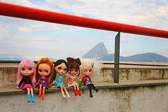 the girls and the sugarloaf mountain (r e n a t a) Tags: rio riodejaneiro canon doll weekend redhead kenner blythe  boneca custom takara santateresa mlc parquedasrunas momolita elianasaito lilitix mylittlecandy