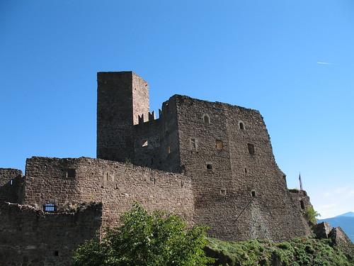 Die Burg Hocheppan mit dem 5-eckigen Burgfried