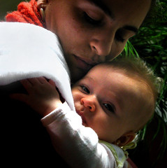 Lys and Manu (Carlos Ebert) Tags: baby mom hug babies mother lys huging abigfave theunforgettablepictures thatsclassy 'familygetty2010'