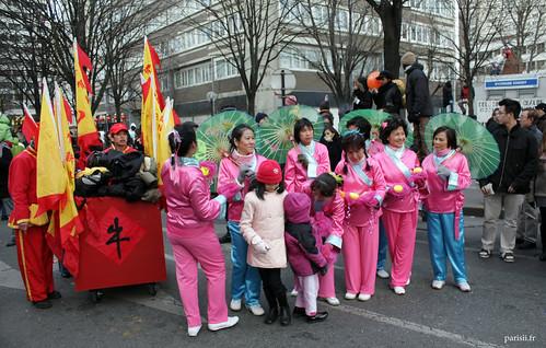 Derrière les dames en costumes chinois, les porteurs daffaires personnelles :D