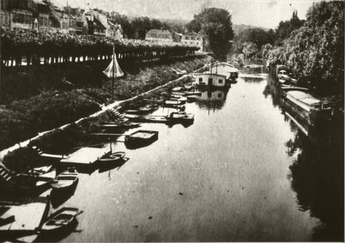 Le vieux pont de Poissy et les barques des canotiers. by Le Château d'Eau, Toulouse.