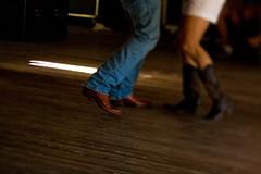 踊りを舞う男女の足もと
