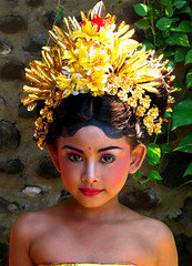 Legong dancer (Giuseppe Suaria) Tags: portrait bali girl indonesia temple dance costume ballerina dress goa bat dancer cave lawah pura indonesian legong ragazza balinese bambina indonesiana