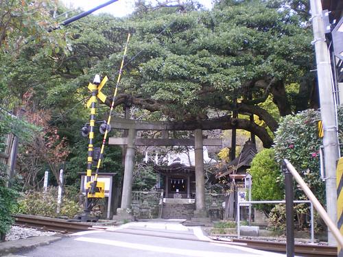 Puerta de entrada desde la vía del tren a un pequeño santuario sintoista