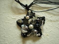 62 - Collana con ciondolo (perlineebottoni) Tags: stella bianco nero perle bottoni