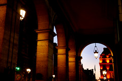 Paris, rue de Rivoli (Calinore) Tags: street city paris france lamp night evening soir nuit iledefrance ville idf ruederivoli lamapdaire louvredesantiquaires hccity
