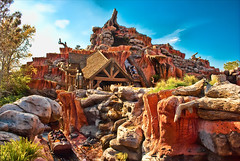 Splash Mountain! (kevkev44) Tags: landscape orlando florida disney disneyworld waltdisneyworld magickingdom splashmountain logride logflume waterride darkride nikond60 flawsinthisitsabitnoisyintheskyiknowanditsabittooclusteredtherestoomuchstuffinthisphotoahhitriedthough