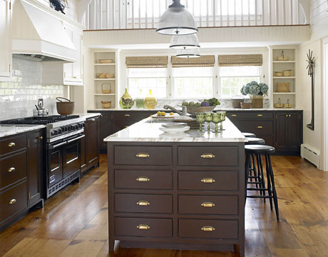 Gorgeous brown + white kitchen: Benjamin Moore 'Tudor Brown' + 'Navajo White'