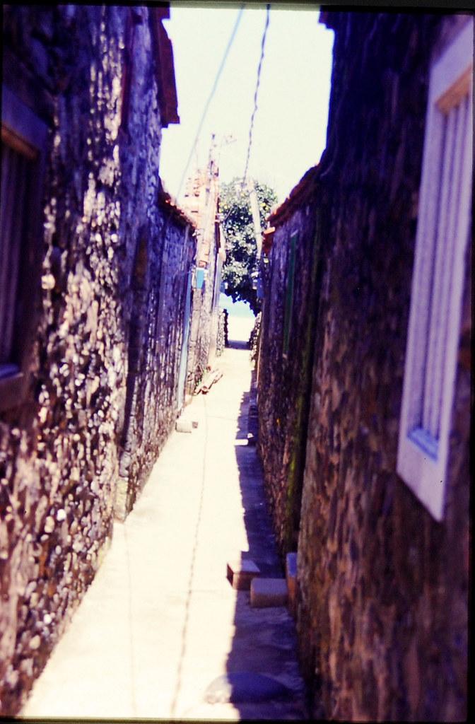 出了這個小巷...就是海了