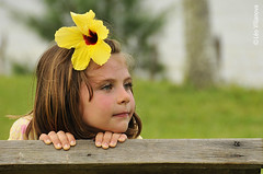 Elise (Leo.Villanova) Tags: portrait flower girl nikon dof child retrato flor posing nina criana menina posando d300 frenteafrente ltytr2 ltytr1 leovillanova nikkorvrii18200