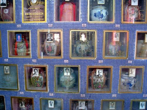 Urnen hinter dem Sleeping Buddha