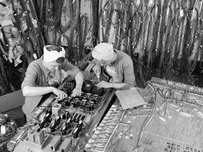 alfred-eisenstaedt-two-women-wiring-cable-board-for-10-kw-broadcast-transmitter-at-general-electric-plant