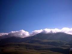 Castelluccio di Norcia (times200) Tags: 2005 italien italy mountain fog nebel berge paragliding landschaft umbria monti norcia castelluccio umbrien sibillini vettore gleitschirmfliegen castellucciodinorcia schneesnow