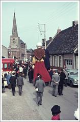 1964 Les gants Tisje Tasje et sa seconde pouse Toria dHazebrouck  Noordpeene, Nord (Jan Sluijter) Tags: france frans nord 1964 westhoek vlaanderen tasje flandre geants reuzen noordpeene tisje