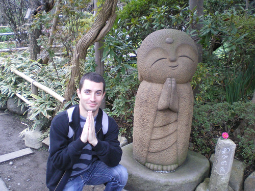 Yo junto a estatua Kawaii en Hase-dera