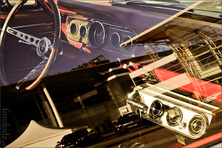 Odbicie Manufaktury w szybie Forda Mustanga