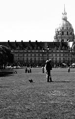 Esplanade des Invalides  --Paris noir et blanc (regis frasseto) Tags: paris france bureau invalides pelouse blackdiamond hccity