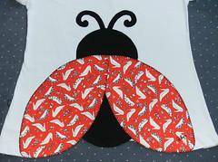 joaninha fashion - de sapatinhos rsrsrsrrs (by Pathy) Tags: colors quilt ladybug patchwork joaninha algodo appliqu aplicao customizada customizao patchcolagem bordadosamo aplicaodetecido camisetascomaplicao tecidosestampados camisetascustomisadas batinhascustomisadas bypathy