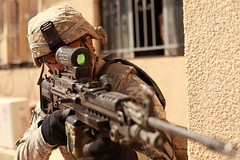 [フリー画像] [戦争写真] [兵士/ソルジャー] [人物写真] [アメリカ軍兵士] [銃器] [ライフル銃]     [フリー素材]