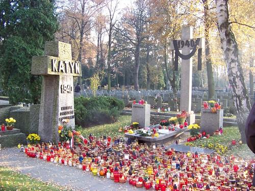 """Tượng đài cuộc thảm sát người Ba Lan tại rừng Katyń vốn không được chính quyền Ba Lan đồng ý cho dựng nhưng người dân vẫn cố tình dựng lên. Một ngày kia, an ninh cộng sản tranh thủ đêm đen di rời và mang tượng đi đâu không rõ. Sau ngày Ba Lan dành tự do, người ta vẫn không tìm được dấu vết tượng đài. May thay, một sự tình cờ giúp phát hiện tượng đài bị """"nhốt"""" trong kho. Đây là tượng đài duy nhất trong lịch sử bị bắt cóc rồi ngồi tù cộng sản."""