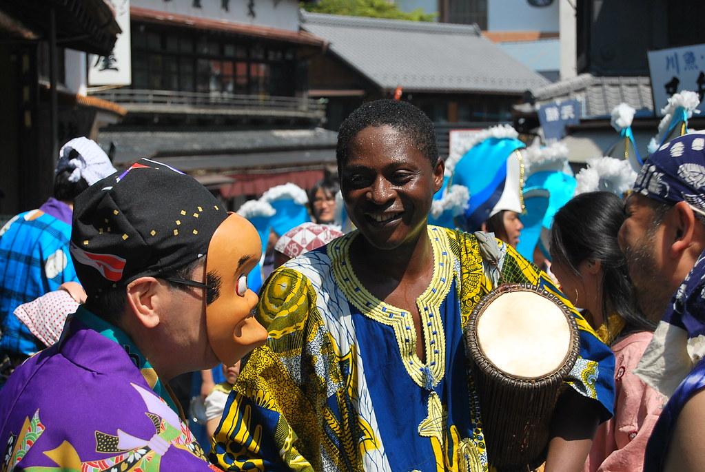 Tamborileros japoneses y africanos en Narita
