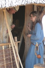Reinhard und Rebekka am Haus des Holzhandwerkers Haithabu - Museumsfreifläche Wikinger Museum Haithabu 05-07-2009