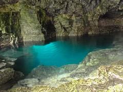Le trou sous la grotte, c'est très profond !